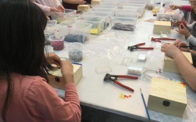 Fiestas de cumpleaños para niños en Barcelona – Birthday parties in Barcelona: Create your own mosaico in Gaudís style- crea tu propio mosaico in Gaudís técnica